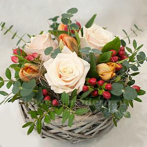 Композиция К095 с розами и тюльпанами