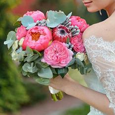 Букет невесты С070 с протеями и пионовидными розами